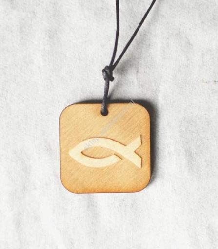 b5779ae2e7e071 Zawieszka drewniana z rybką do noszenia na szyi.